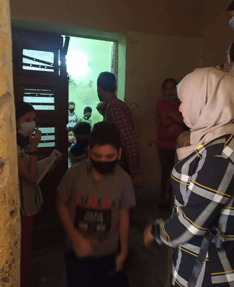 مدرس يعطي درسا خصوصيا لـ 15 طالبا أسفل منزل