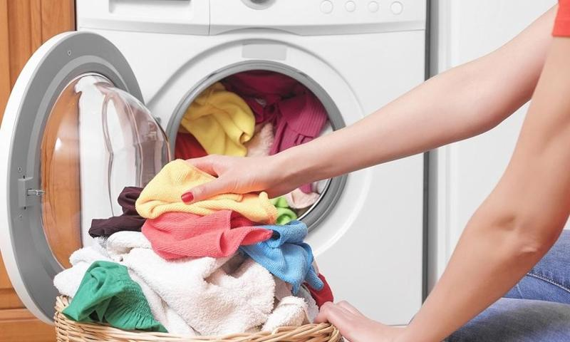 الملح في الغسالة.. 8 نصائح تُسهل عليك مهمة الغسيل وتجعل الملابس جديدة