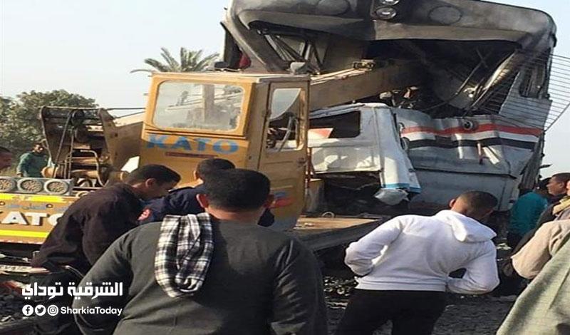 مصرع وإصابة 4 في تصام قطار وسيارة نقل على مزلقان سكة حديد