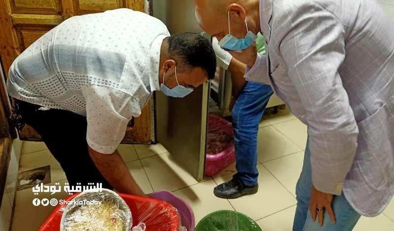 3 طن لحوم ومخللات فاسدة في مطعم شهير بالزقازيق.. صور 3