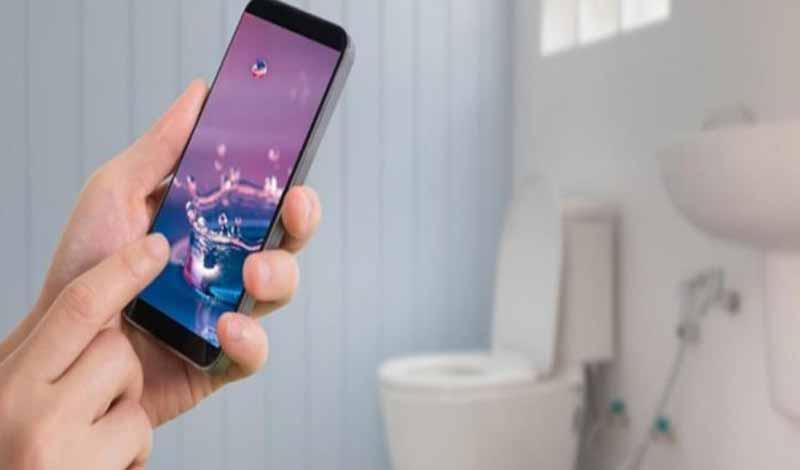 خطر دخول الحمام بالهاتف المحمول