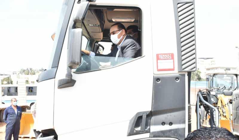 محافظ الشرقية يقود سيارة قمامة
